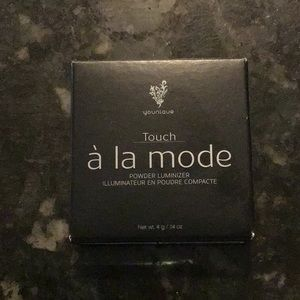 Younique Touch a la mode highlight powder